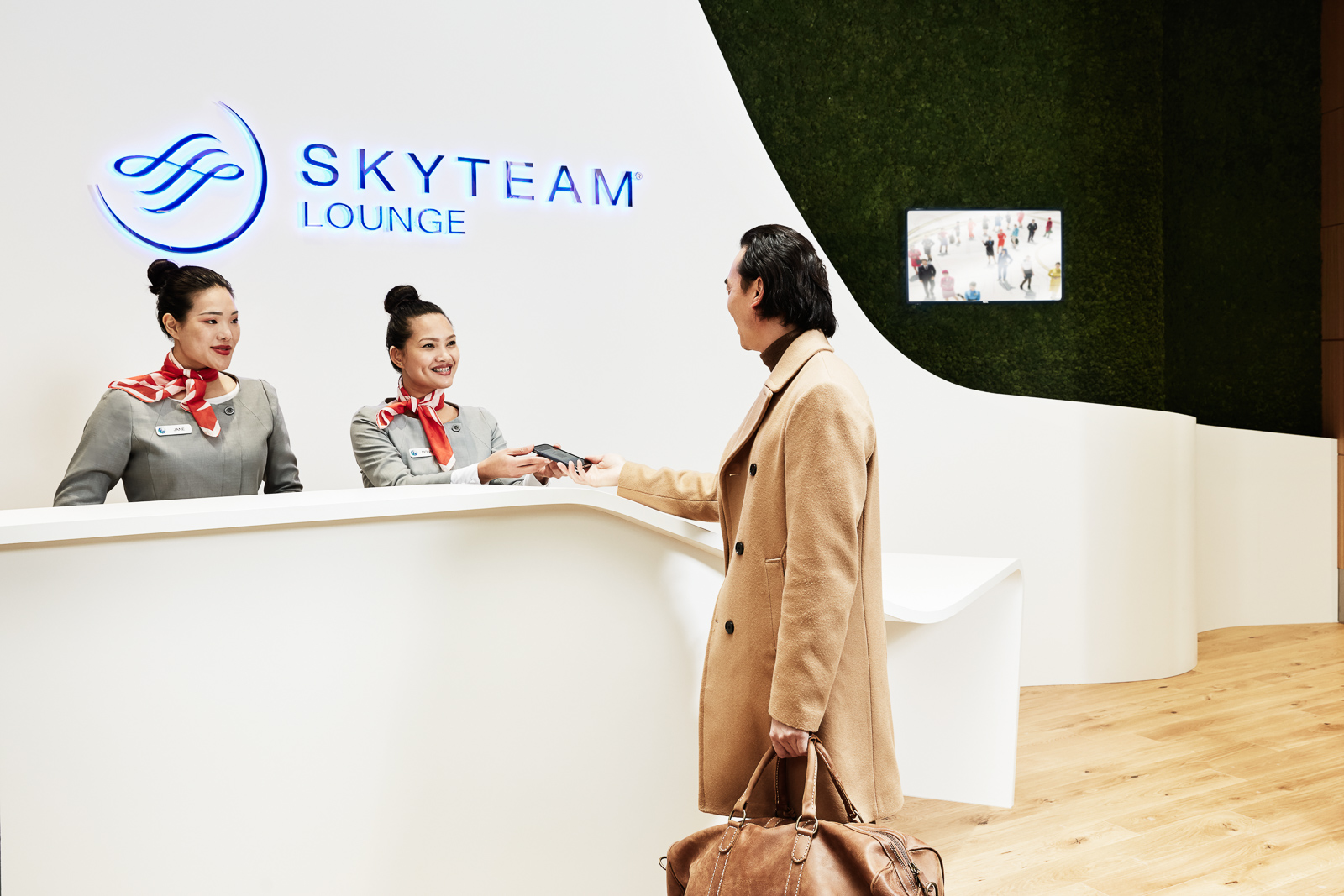 31.10.17_SkyTeam_People_HandingBoardingPass_2546